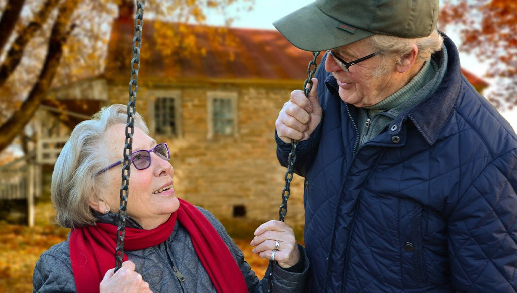 Nyugdíjas házaspár a szabadban