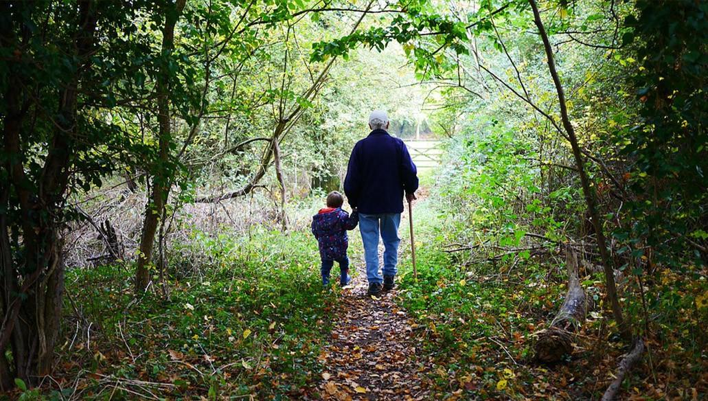 Nagypapa sétál az erdőben az unokájával